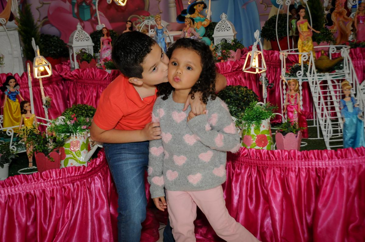 ganhando-beijinho-do-irmão-no-buffet-fábrica-da-alegria,osasco-sp-festa-infantil-aniversário-maria-fernanda-5-anos-tema-da-festa-princesas