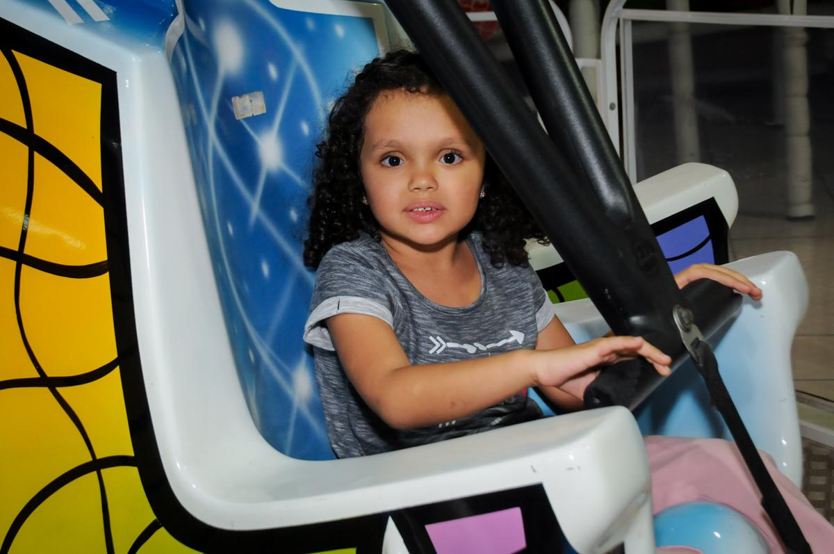 brincando-no-bribquedo-elevador-no-buffet-fábrica-da-alegria,osasco-sp-festa-infantil-aniversário-maria-fernanda-5-anos-tema-da-festa-princesas