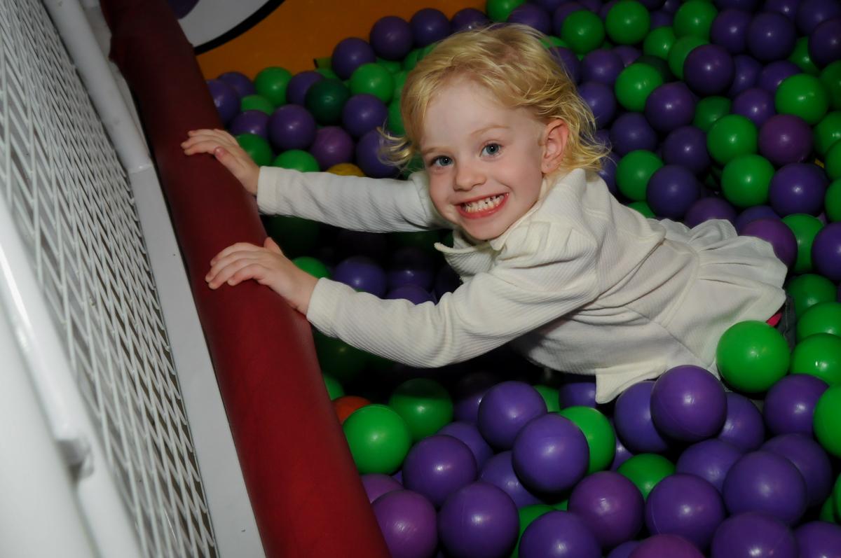 muito-bom-brincar-na-piscina-de-bolina-no-buffet-fábrica-da-alegria,osasco-sp-festa-infantil-aniversário-maria-fernanda-5-anos-tema-da-festa-princesas