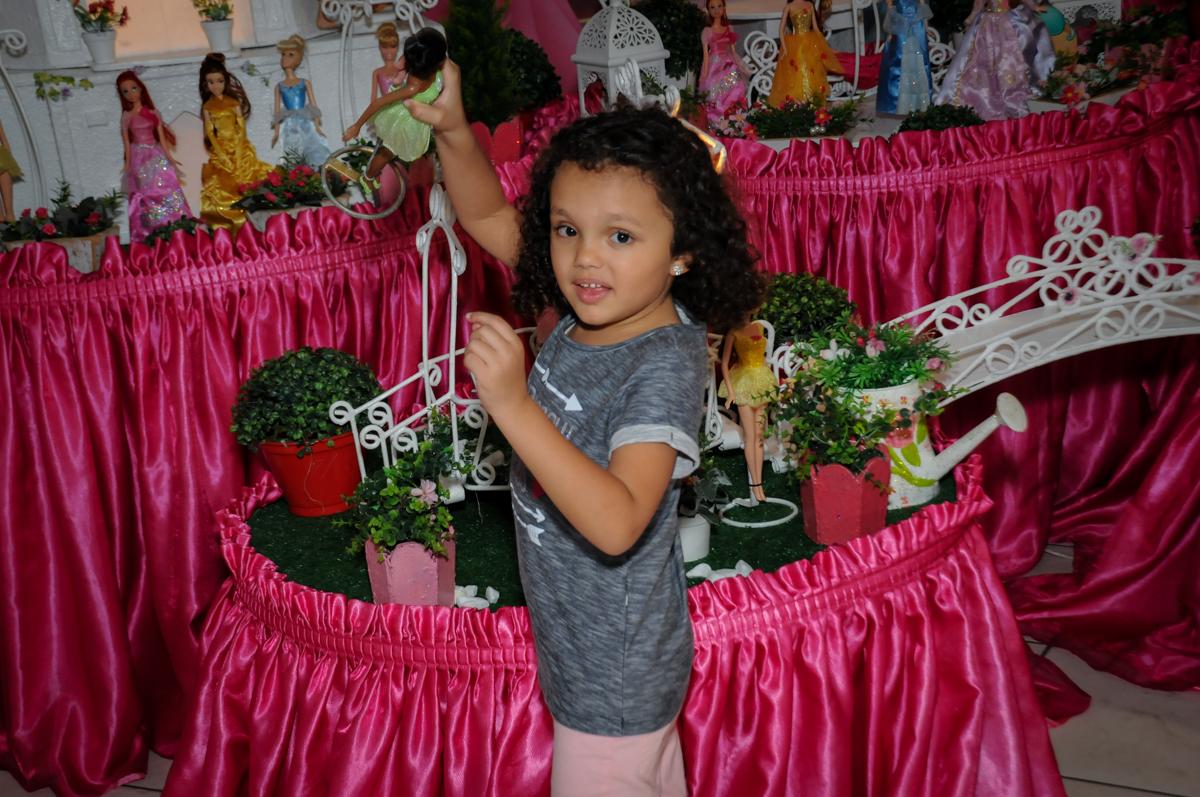 fotografia-na-mesa-decorada-no-buffet-fábrica-da-alegria,osasco-sp-festa-infantil-aniversário-maria-fernanda-5-anos-tema-da-festa-princesas