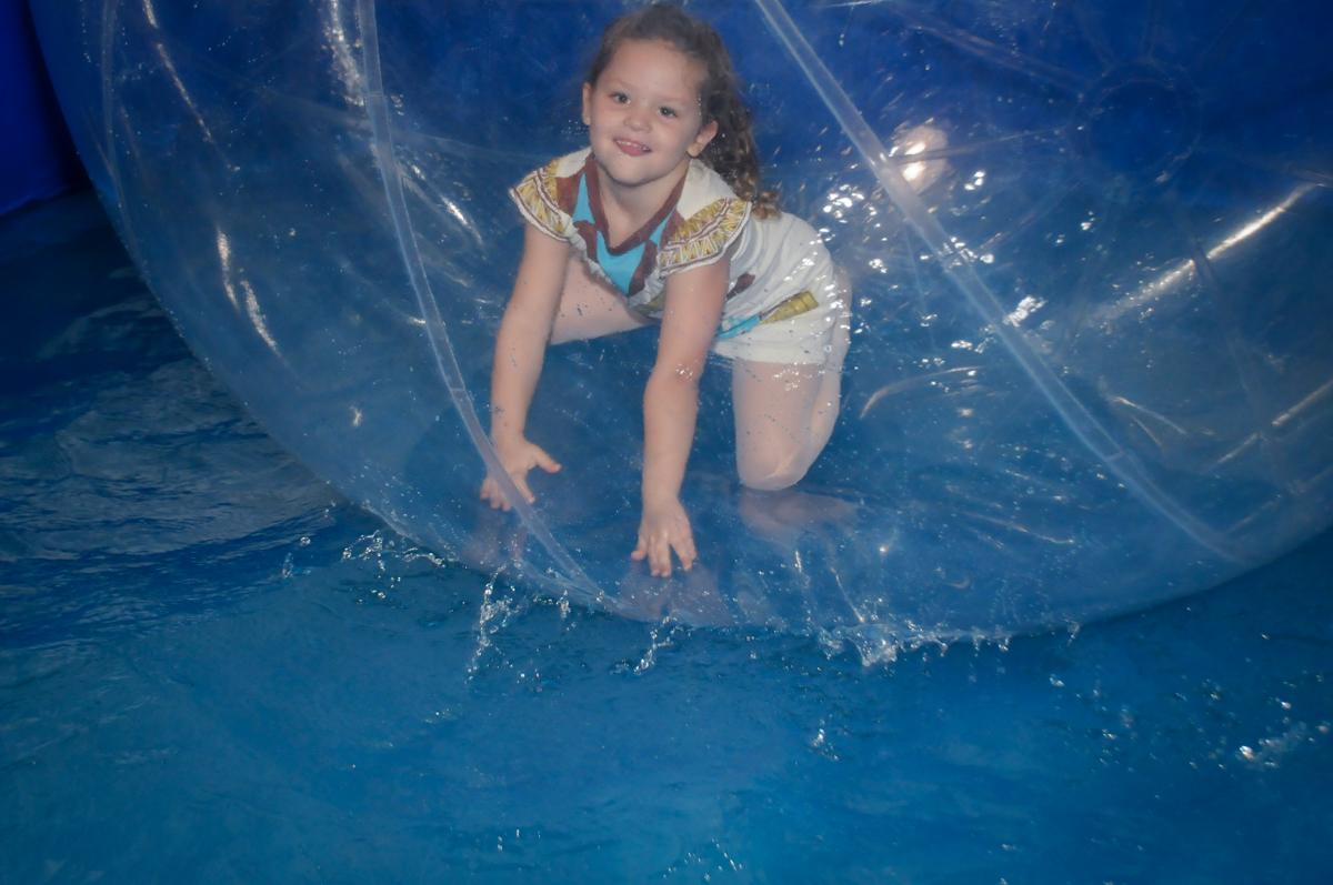 bola-aquaplay-divertida-no-buffet-fábrica-da-alegria,osasco-sp-festa-infantil-aniversário-maria-fernanda-5-anos-tema-da-festa-princesas