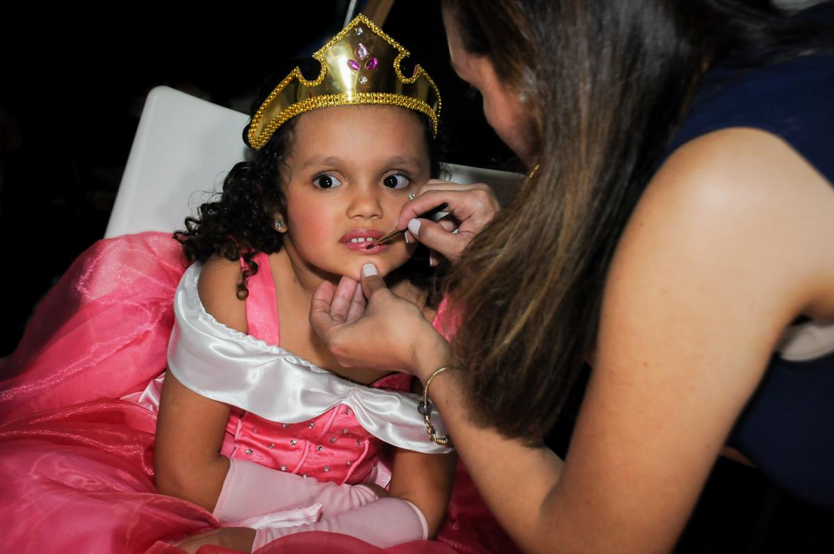 passando-batom-no-buffet-fábrica-da-alegria,osasco-sp-festa-infantil-aniversário-maria-fernanda-5-anos-tema-da-festa-princesas