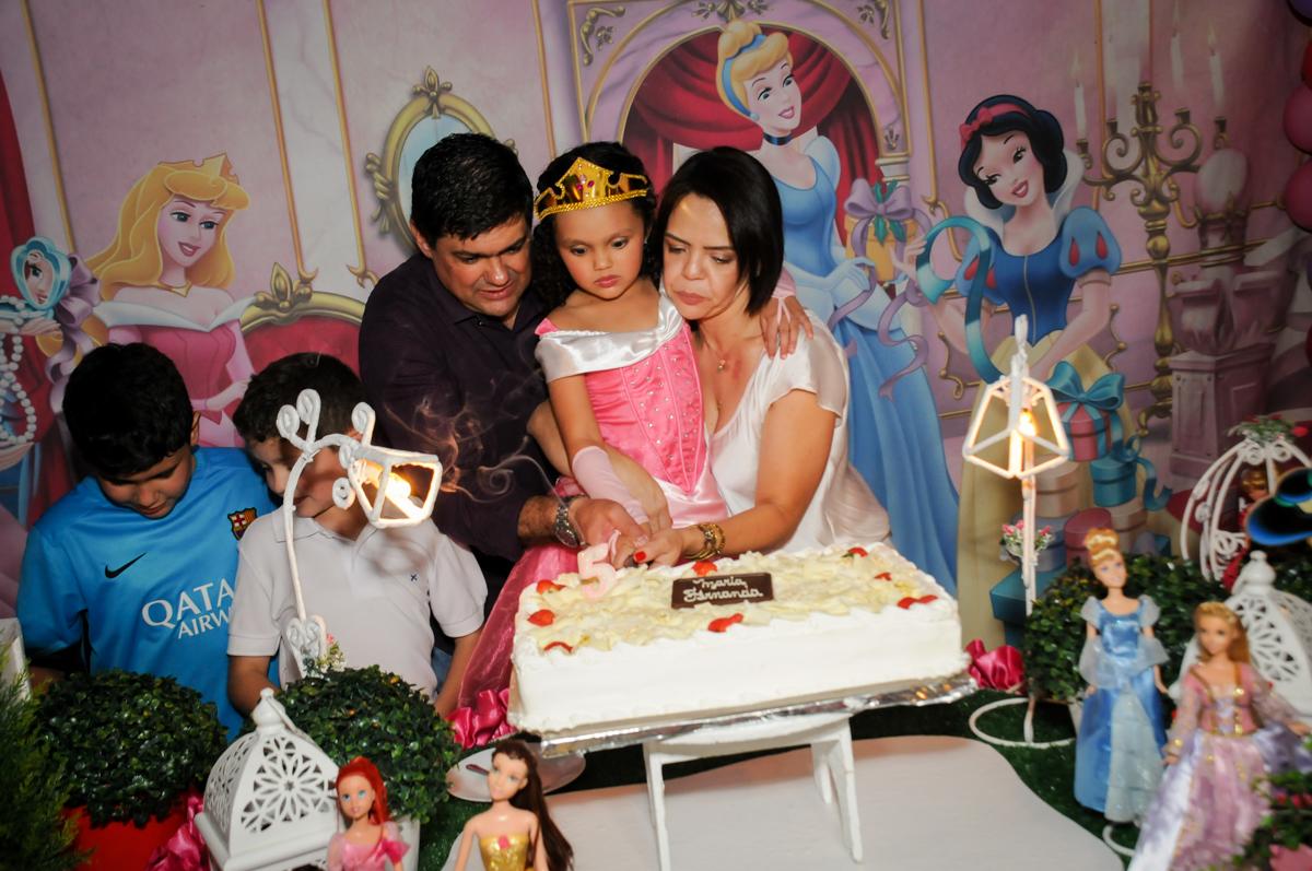 cortando-o-primeiro-pedaço-de-bolo-no-buffet-fábrica-da-alegria,osasco-sp-festa-infantil-aniversário-maria-fernanda-5-anos-tema-da-festa-princesas