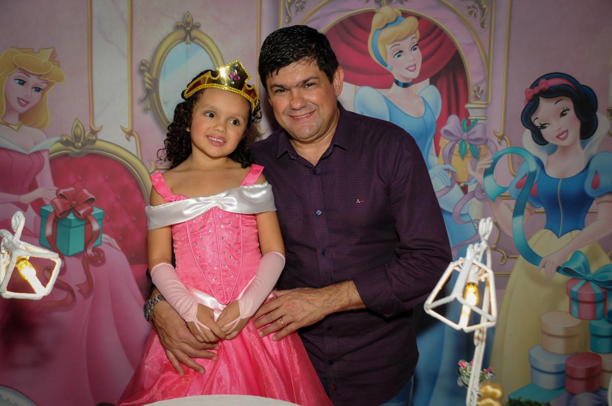 aniversariante-feliz-nobuffet-fábrica-da-alegria,osasco-sp-festa-infantil-aniversário-maria-fernanda-5-anos-tema-da-festa-princesas