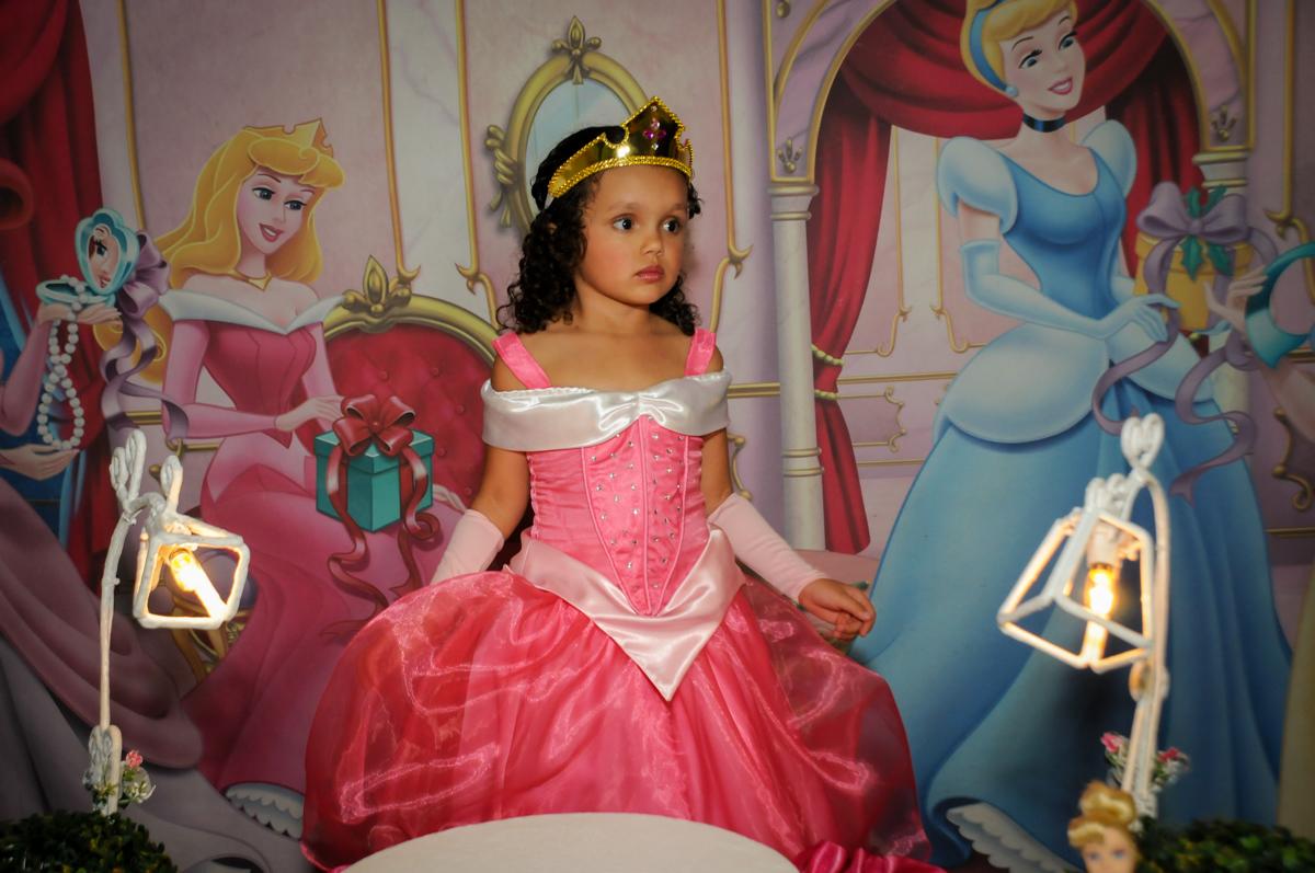 linda-vestida-de-princesa-nobuffet-fábrica-da-alegria,osasco-sp-festa-infantil-aniversário-maria-fernanda-5-anos-tema-da-festa-princesas