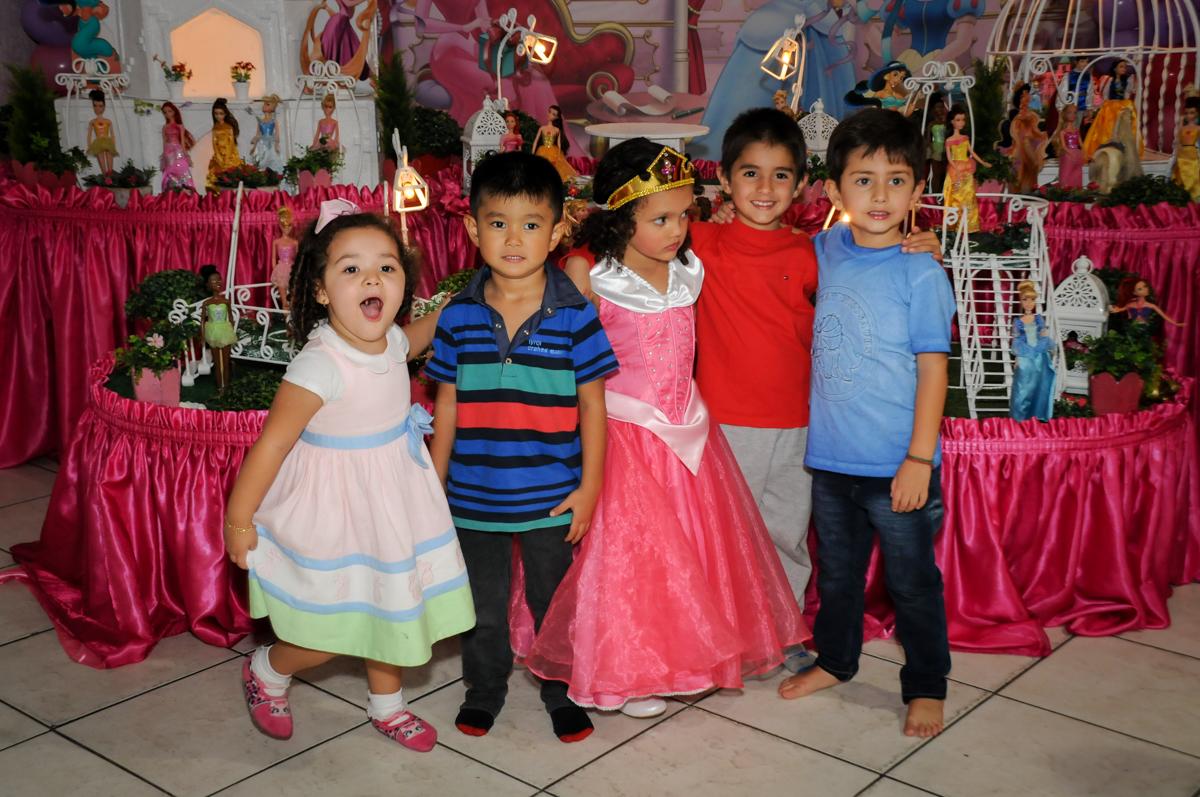 fotografia-com-os-amiguinhos-no-buffet-fábrica-da-alegria,osasco-sp-festa-infantil-aniversário-maria-fernanda-5-anos-tema-da-festa-princesas
