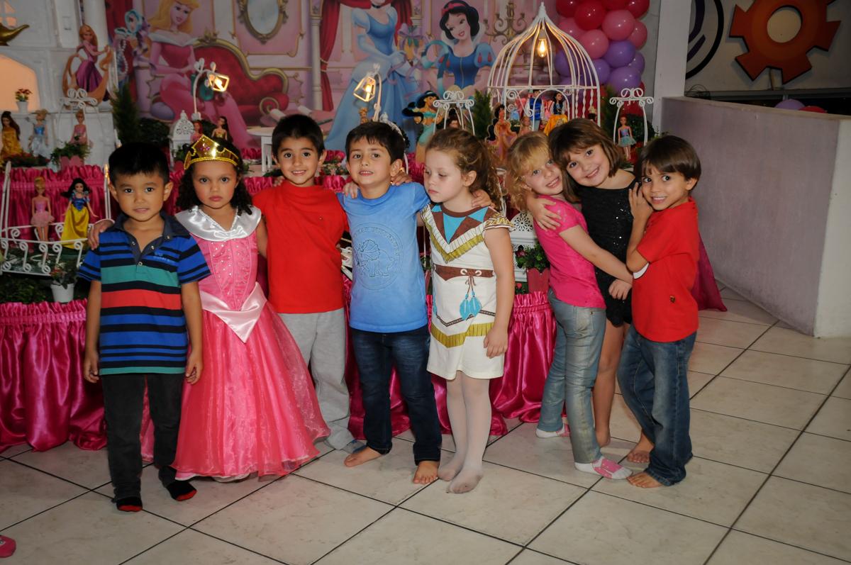 posando-para-foto-no-buffet-fábrica-da-alegria,osasco-sp-festa-infantil-aniversário-maria-fernanda-5-anos-tema-da-festa-princesas