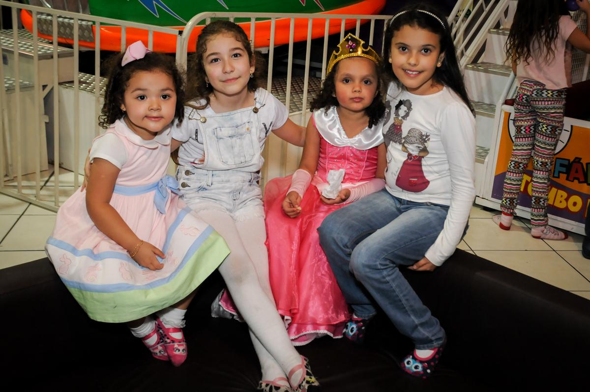 mais-foto-com-os-amigos-nobuffet-fábrica-da-alegria,osasco-sp-festa-infantil-aniversário-maria-fernanda-5-anos-tema-da-festa-princesas