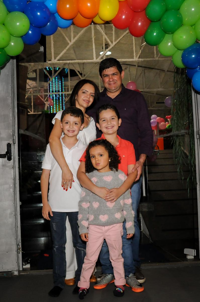 fotografia-da-família-no-buffet-fábrica-da-alegria,osasco-sp-festa-infantil-aniversário-maria-fernanda-5-anos-tema-da-festa-princesas