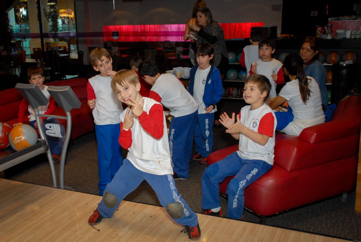 bagunça-das-crianças-no-boliche-villa-bowling-vila-olimpia-sp-festa-infantil-aniversário-tiago-7-anos-tema-da-festa-pokemon