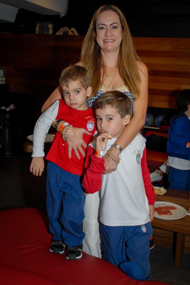 fotografia-mãe-e-filhos-no-boliche-villa-bowling-vila-olimpia-sp-festa-infantil-aniversário-tiago-7-anos-tema-da-festa-pokemon
