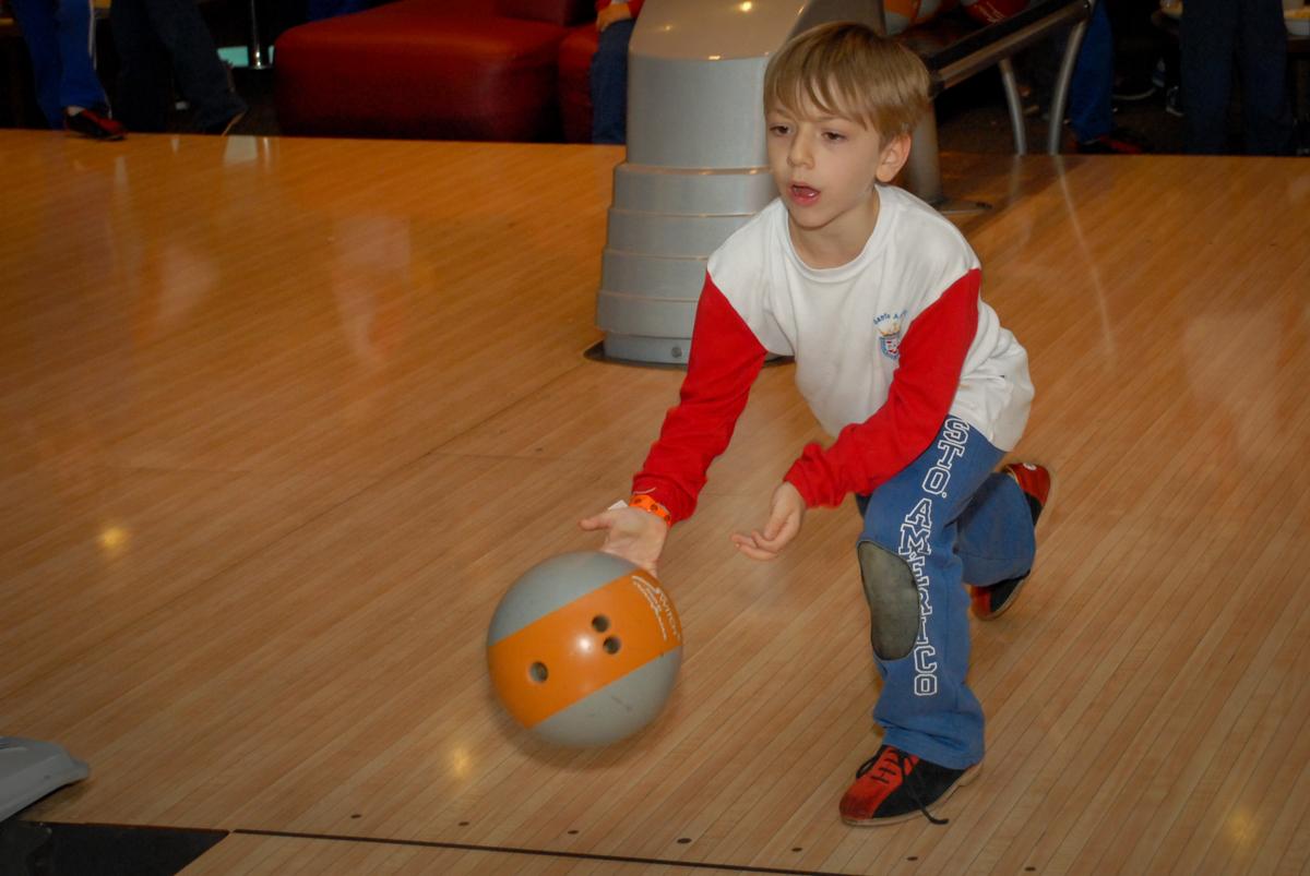 jogo-de-boliche-no-boliche-villa-bowling-vila-olimpia-sp-festa-infantil-aniversário-tiago-7-anos-tema-da-festa-pokemon
