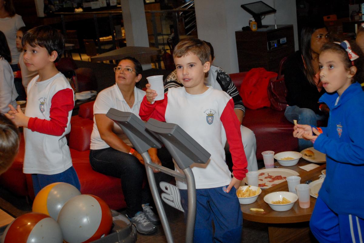 brincadeiras-divertidas-no-boliche-villa-bowling-vila-olimpia-sp-festa-infantil-aniversário-tiago-7-anos-tema-da-festa-pokemon