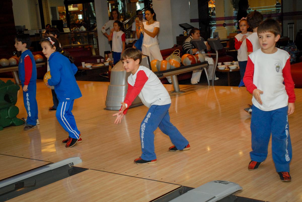 competição-de-boliche-no-boliche-villa-bowling-vila-olimpia-sp-festa-infantil-aniversário-tiago-7-anos-tema-da-festa-pokemon