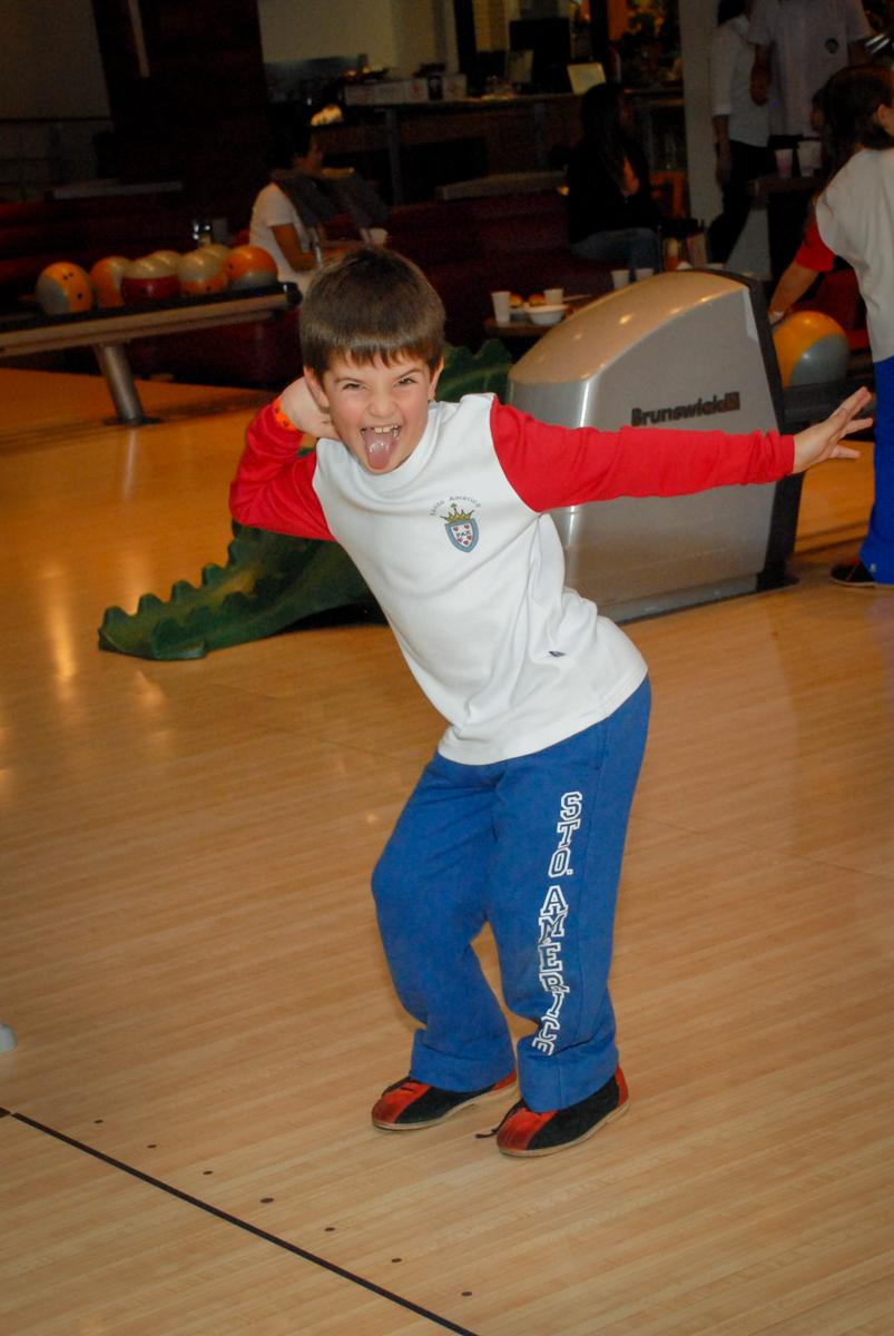 pose-para-jogar-boliche-no-boliche-villa-bowling-vila-olimpia-sp-festa-infantil-aniversário-tiago-7-anos-tema-da-festa-pokemon