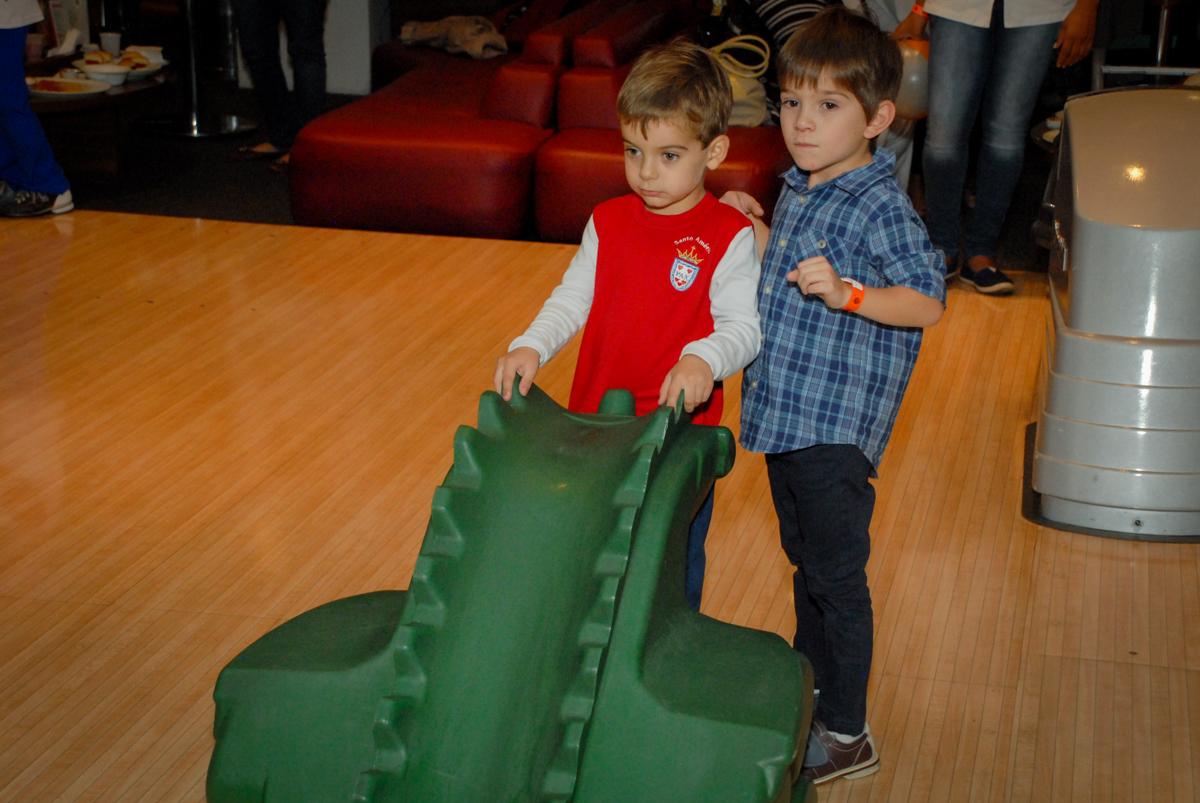 brincando-com-amiguinho-no-boliche-villa-bowling-vila-olimpia-sp-festa-infantil-aniversário-tiago-7-anos-tema-da-festa-pokemon