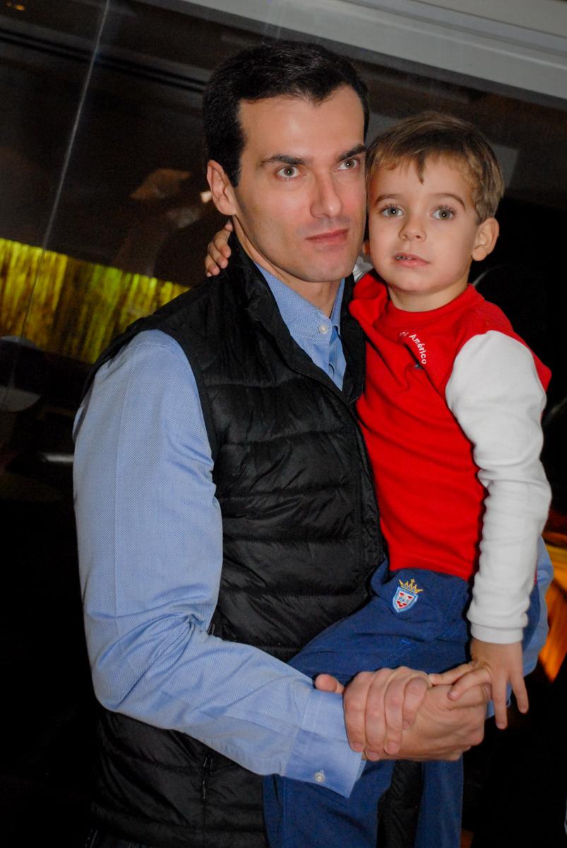 foto-pai-e-filho-no-boliche-villa-bowling-vila-olimpia-sp-festa-infantil-aniversário-tiago-7-anos-tema-da-festa-pokemon