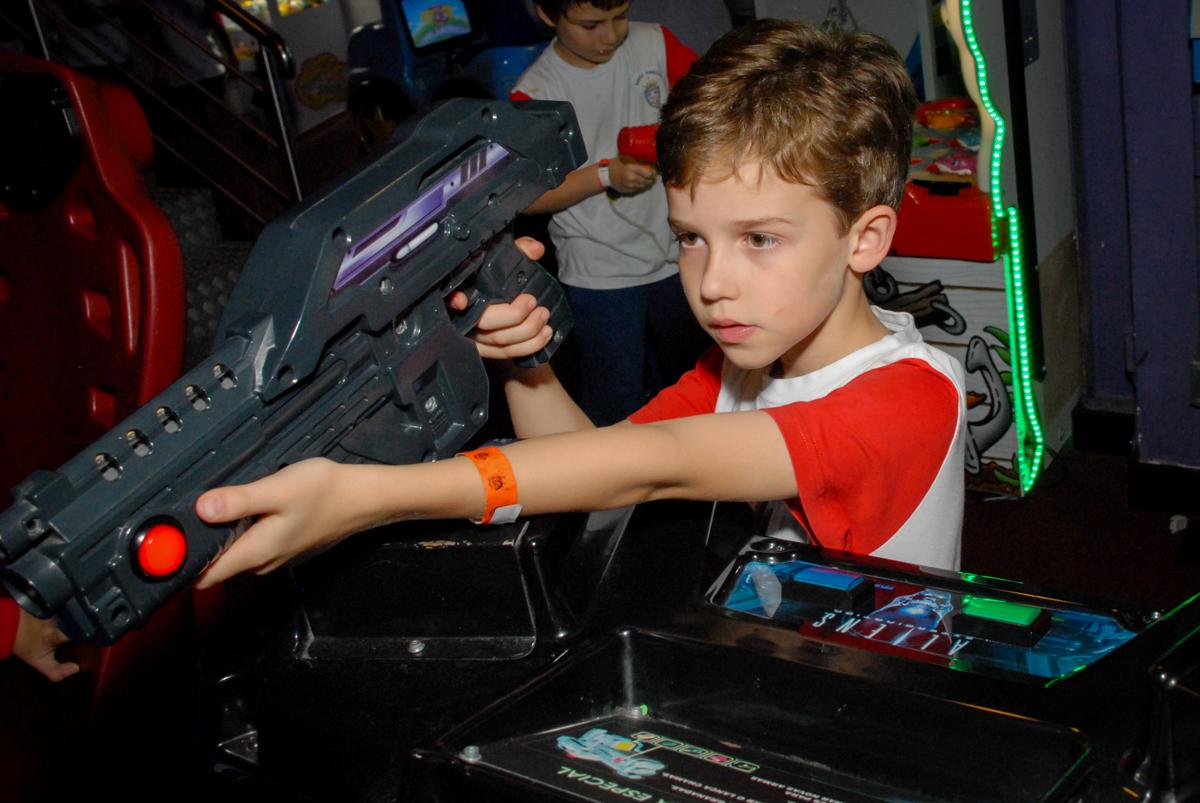 brincando-no-game-no-boliche-villa-bowling-vila-olimpia-sp-festa-infantil-aniversário-tiago-7-anos-tema-da-festa-pokemon