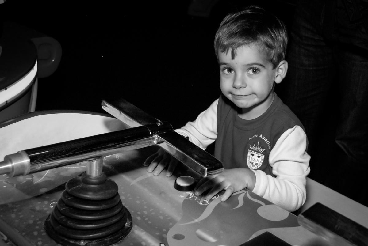 irmão-do-anivesariante-brinca-no-boliche-villa-bowling-vila-olimpia-sp-festa-infantil-aniversário-tiago-7-anos-tema-da-festa-pokemon