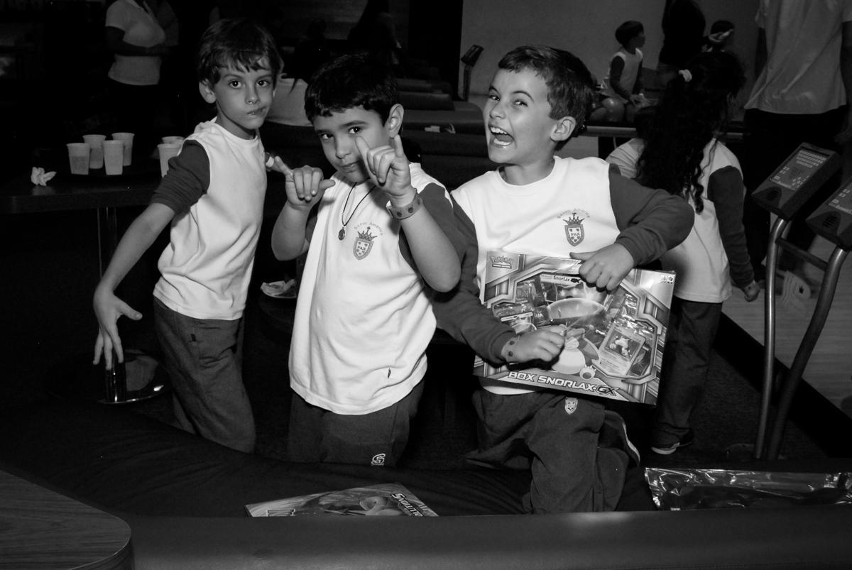 diversão-no-boliche-villa-bowling-vila-olimpia-sp-festa-infantil-aniversário-tiago-7-anos-tema-da-festa-pokemon