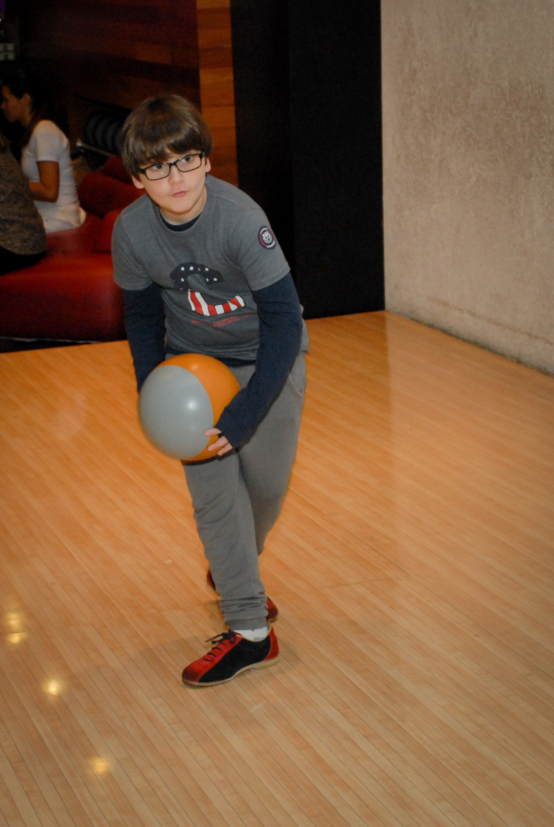 jogo-no-boliche-villa-bowling-vila-olimpia-sp-festa-infantil-aniversário-tiago-7-anos-tema-da-festa-pokemon