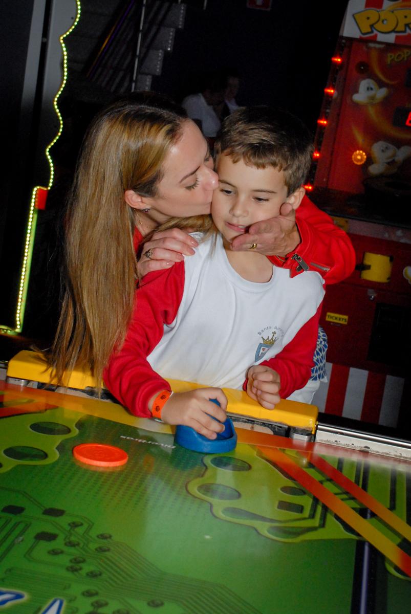 beijo-gostoso-da-mamãe-no-boliche-villa-bowling-vila-olimpia-sp-festa-infantil-aniversário-tiago-7-anos-tema-da-festa-pokemon