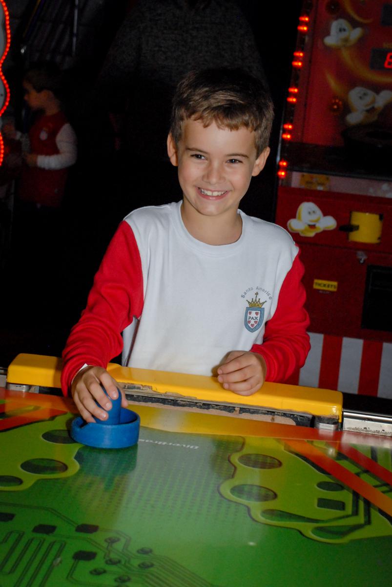 jogo-de-futebol-de-mesa-no-boliche-villa-bowling-vila-olimpia-sp-festa-infantil-aniversário-tiago-7-anos-tema-da-festa-pokemon