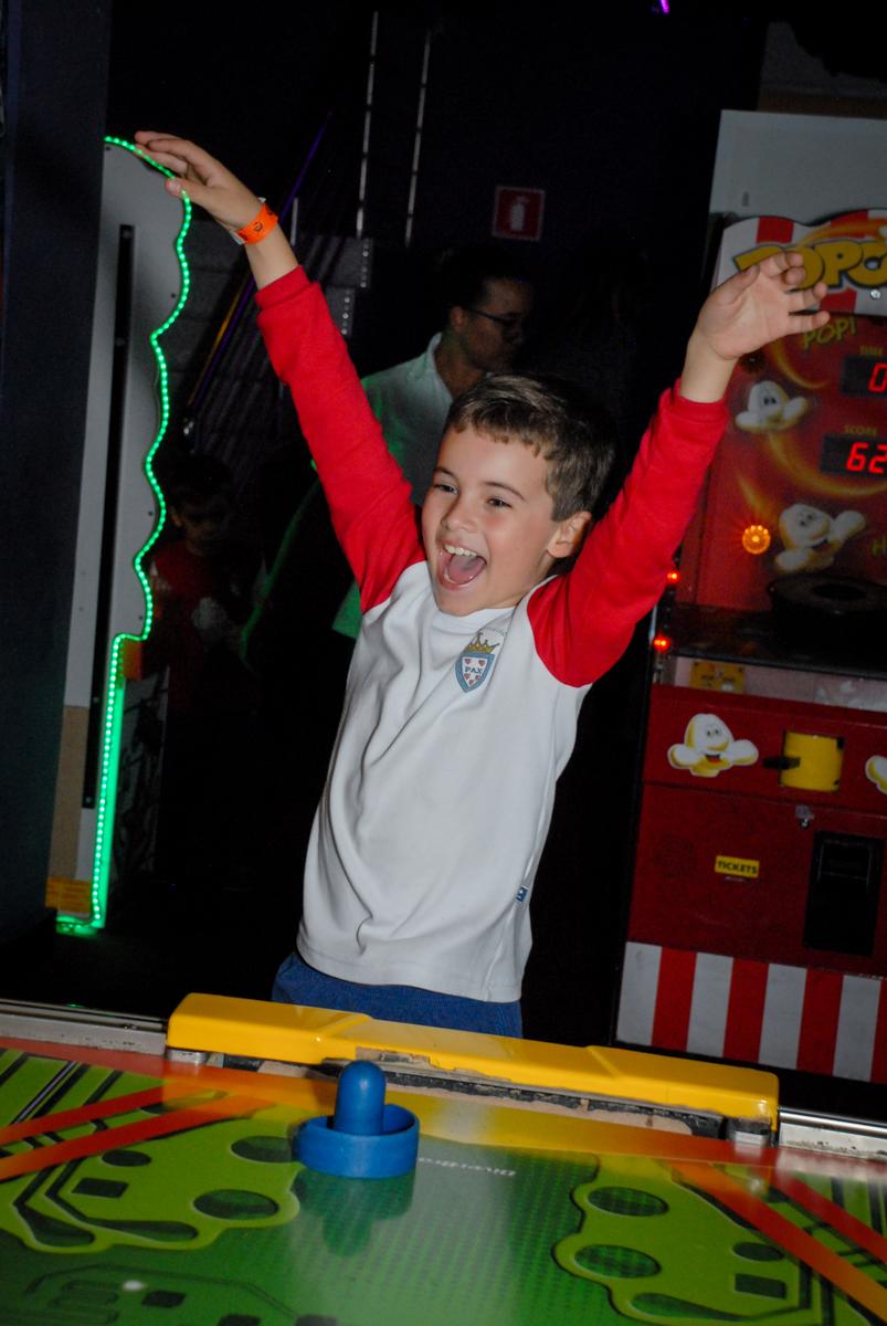 comemorando-gol-no-boliche-villa-bowling-vila-olimpia-sp-festa-infantil-aniversário-tiago-7-anos-tema-da-festa-pokemon