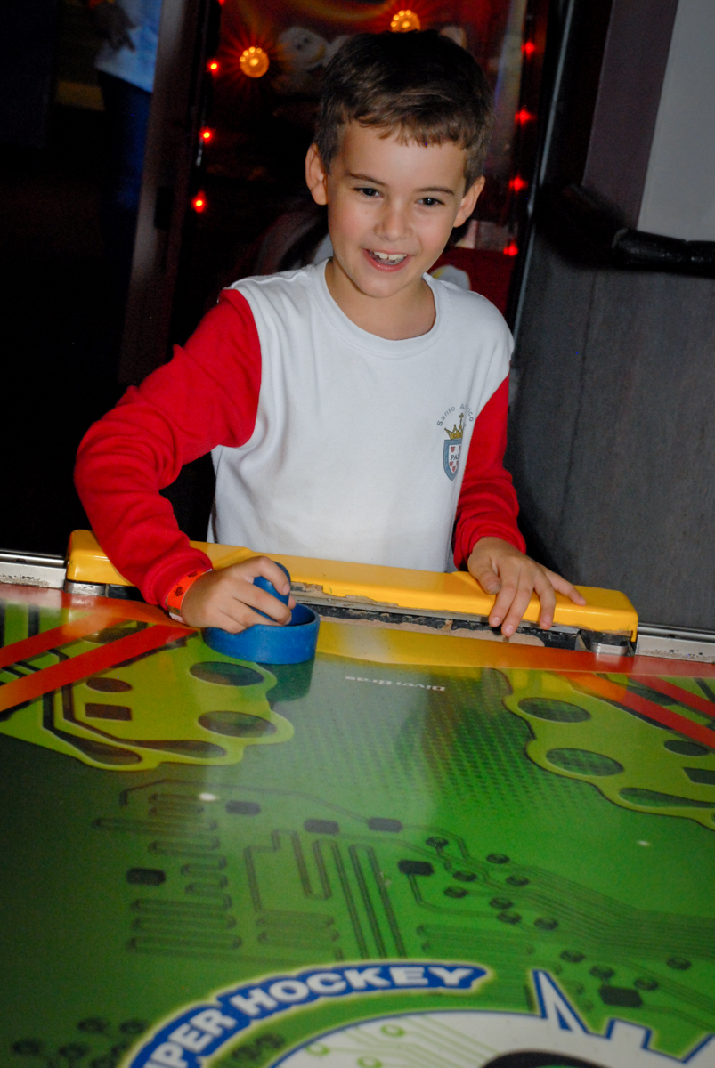 jogo-de-futebol-animado-no-boliche-villa-bowling-vila-olimpia-sp-festa-infantil-aniversário-tiago-7-anos-tema-da-festa-pokemon