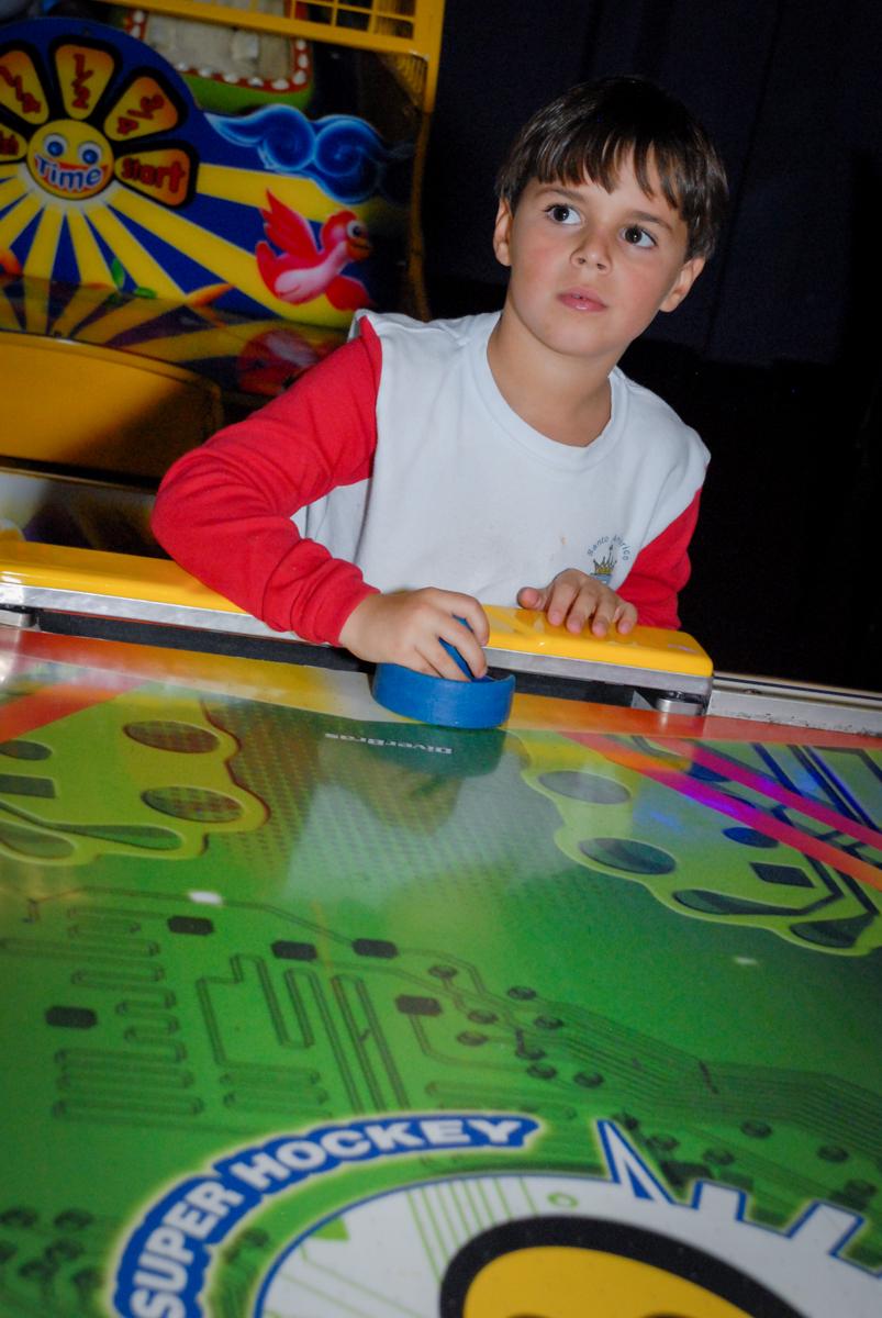 jogando-de-amigos-no-boliche-villa-bowling-vila-olimpia-sp-festa-infantil-aniversário-tiago-7-anos-tema-da-festa-pokemon