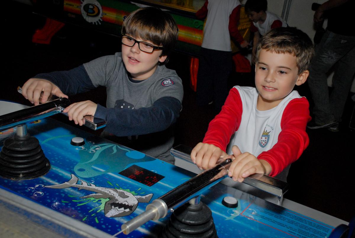 jogando-game-no-boliche-villa-bowling-vila-olimpia-sp-festa-infantil-aniversário-tiago-7-anos-tema-da-festa-pokemon