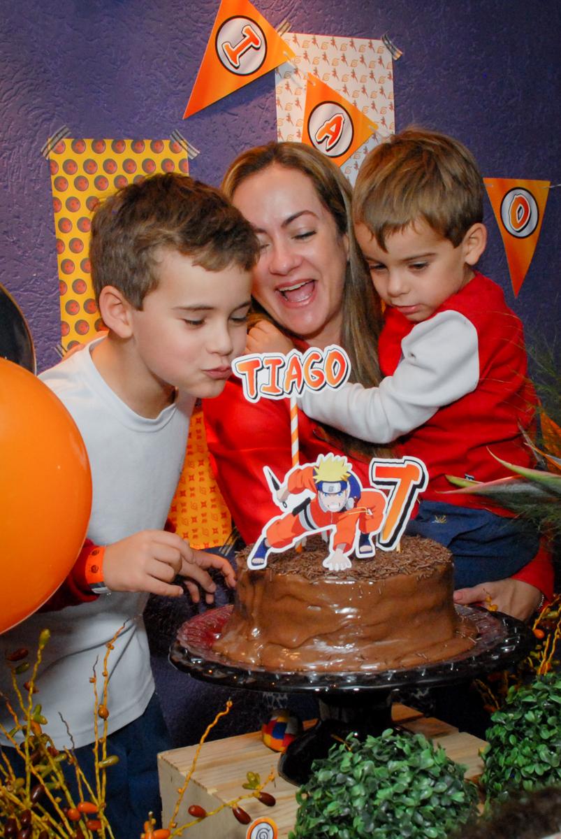 assoprando-a-vela-do-bolo-noboliche-villa-bowling-vila-olimpia-sp-festa-infantil-aniversário-tiago-7-anos-tema-da-festa-pokemon
