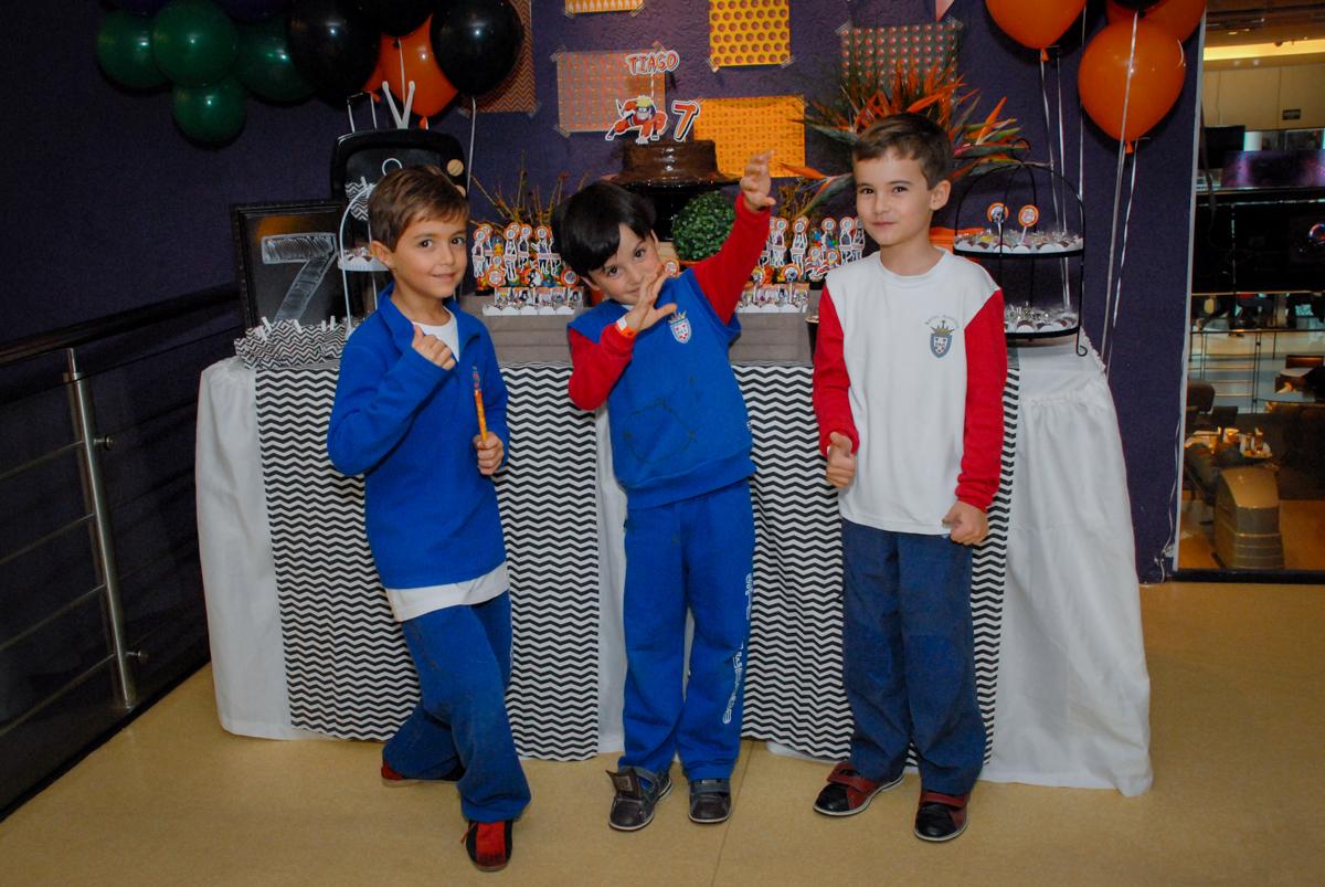amigos-do-aniersariante-posam-para-a-foto-no-boliche-villa-bowling-vila-olimpia-sp-festa-infantil-aniversário-tiago-7-anos-tema-da-festa-pokemon