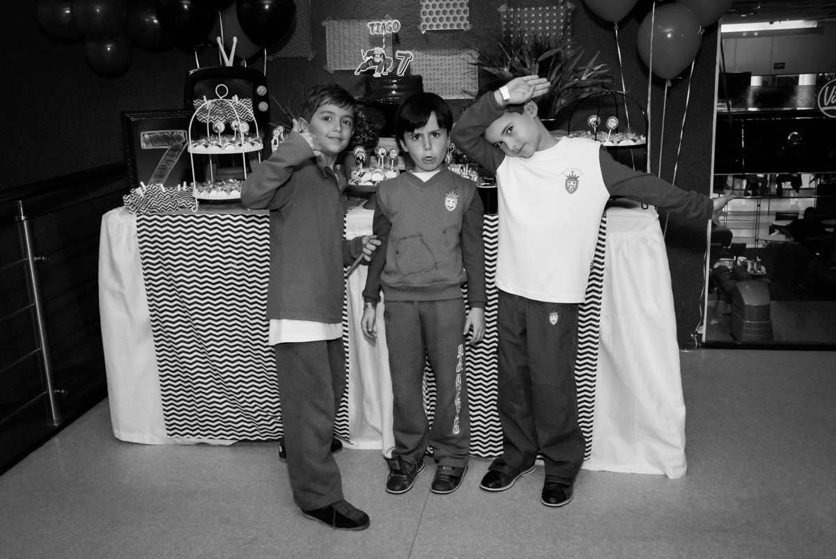 fotografia-dos-amigos-no-boliche-villa-bowling-vila-olimpia-sp-festa-infantil-aniversário-tiago-7-anos-tema-da-festa-pokemon