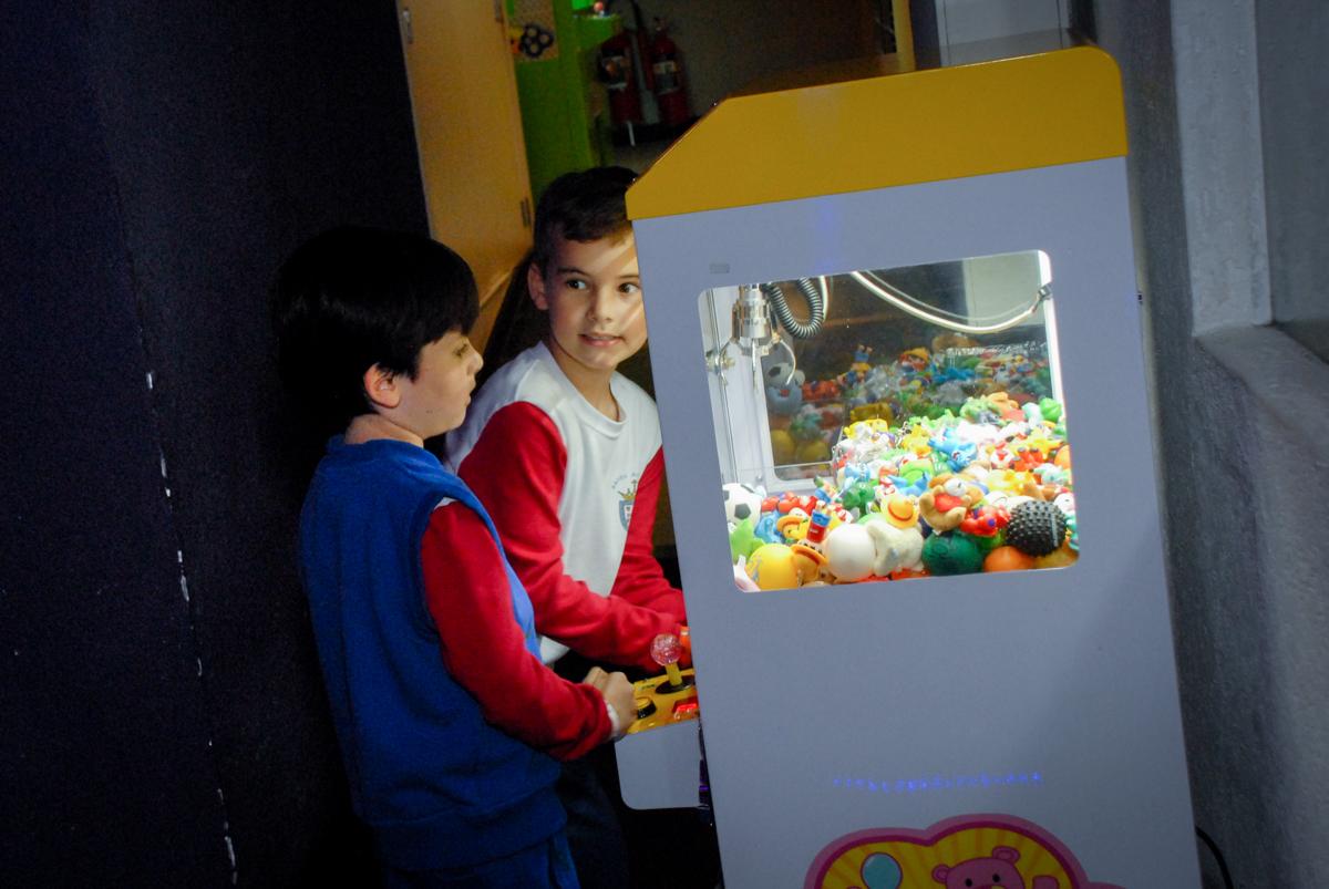 brincando-com-o-jogo-no-boliche-villa-bowling-vila-olimpia-sp-festa-infantil-aniversário-tiago-7-anos-tema-da-festa-pokemon
