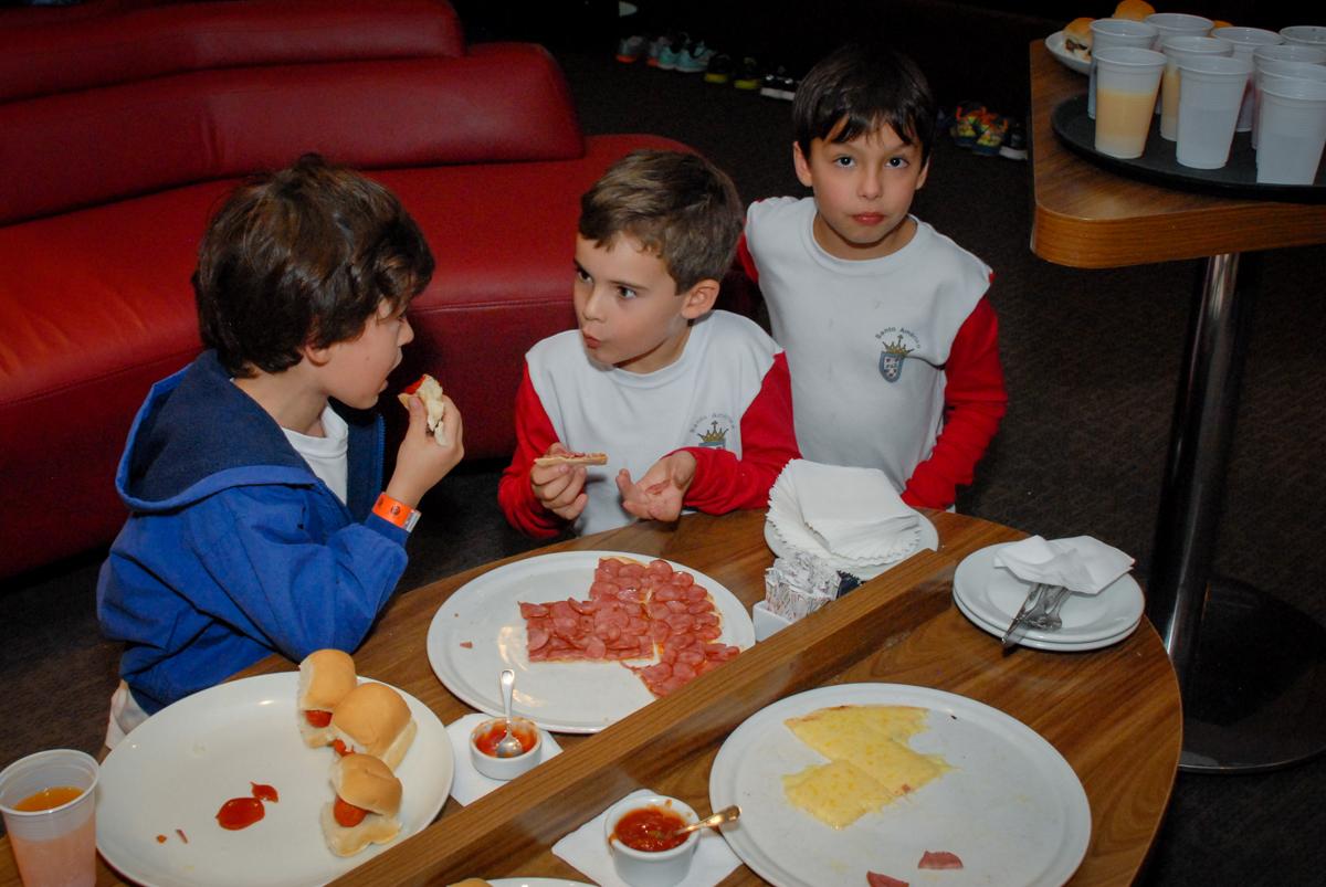 hora-do-lanche-no-boliche-villa-bowling-vila-olimpia-sp-festa-infantil-aniversário-tiago-7-anos-tema-da-festa-pokemon
