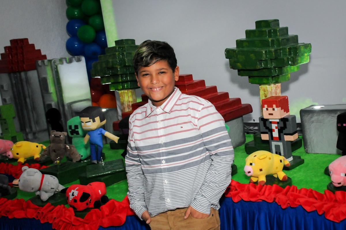 fotografia-em-frente-a-mesa-decorada-no-Buffet-Fábrica-da-Alegria-Morumbi-S-Paulo-SP-fotografia-infantil-festa-infantil-tema-da-festa-minicraft