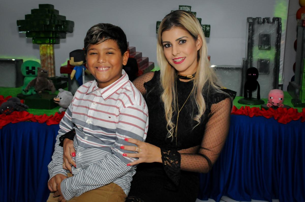 fotografia-mae-e-filho-no-Buffet-Fábrica-da-Alegria-Morumbi-S-Paulo-SP-fotografia-infantil-festa-infantil-tema-da-festa-minicraft