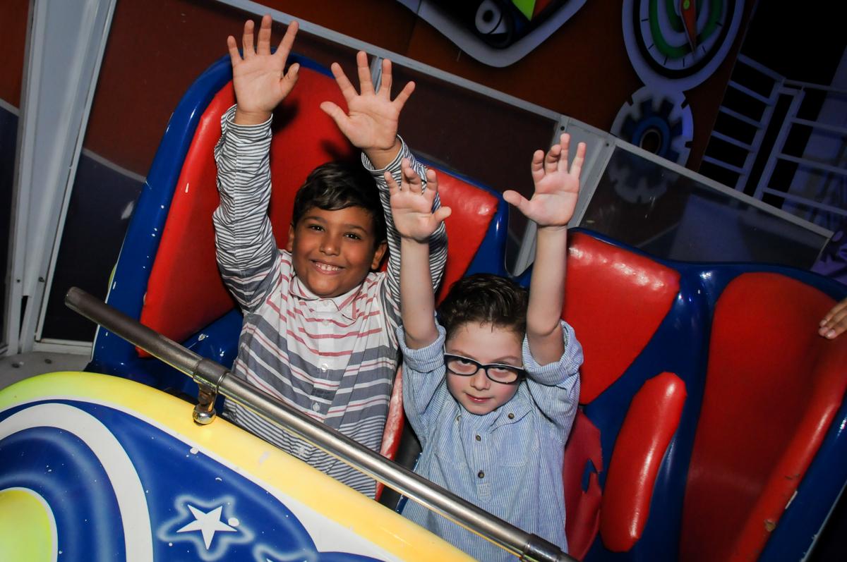 curtindo-o-brinquedo-jornada-nas-estrelas-no-Buffet-Fábrica-da-Alegria-Morumbi-S-Paulo-SP-fotografia-infantil-festa-infantil-tema-da-festa-minicraft