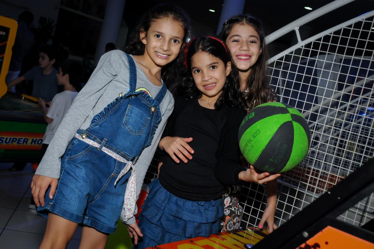 brincando-no-basquete-no-Buffet-Fábrica-da-Alegria-Morumbi-S-Paulo-SP-fotografia-infantil-festa-infantil-tema-da-festa-minicraft