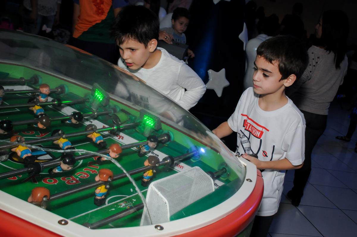 comemorando-gol-no-jogo-de-futebol-no-Buffet-Fábrica-da-Alegria-Morumbi-S-Paulo-SP-fotografia-infantil-festa-infantil-tema-da-festa-minicraft