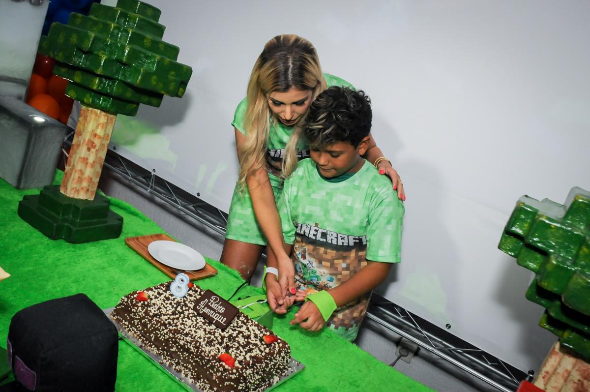 cortando-0-primeiro-pedaço-de-bolo-no-Buffet-Fábrica-da-Alegria-Morumbi-S-Paulo-SP-fotografia-infantil-festa-infantil-tema-da-festa-minicraft