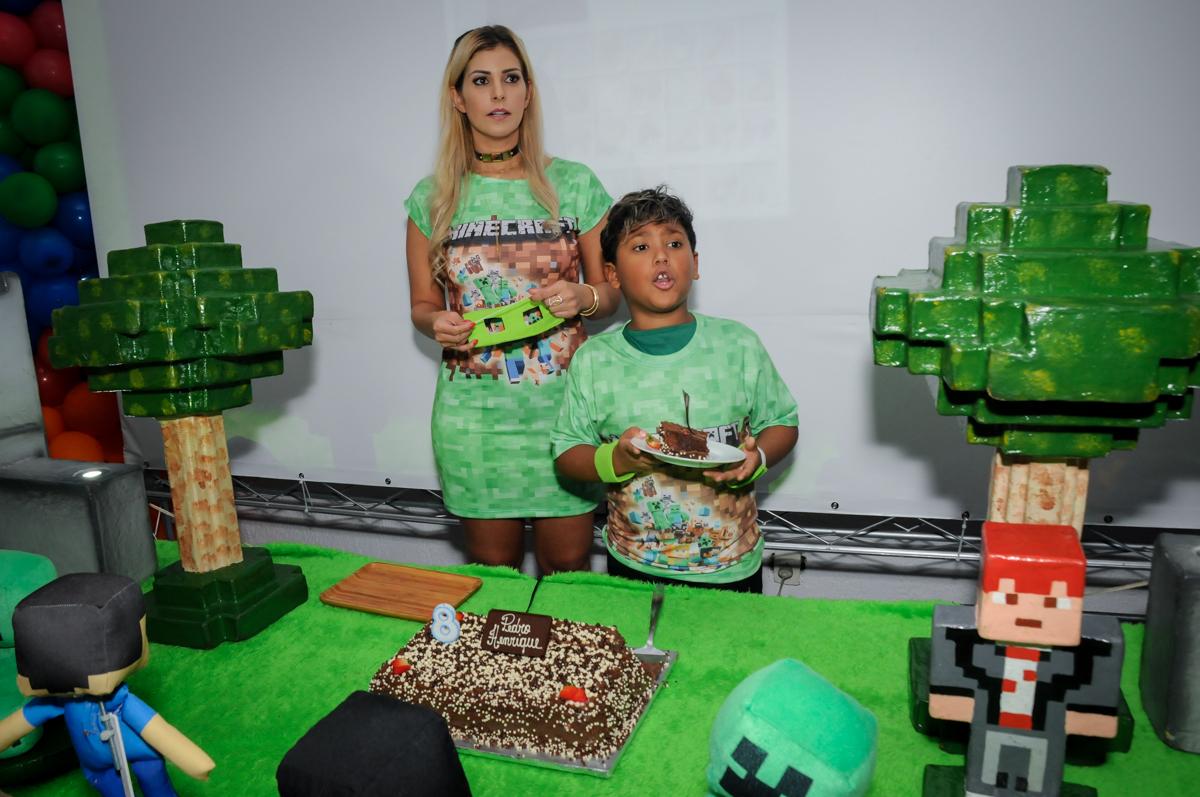primeiro-pedaço-de-bolo-no-Buffet-Fábrica-da-Alegria-Morumbi-S-Paulo-SP-fotografia-infantil-festa-infantil-tema-da-festa-minicraft