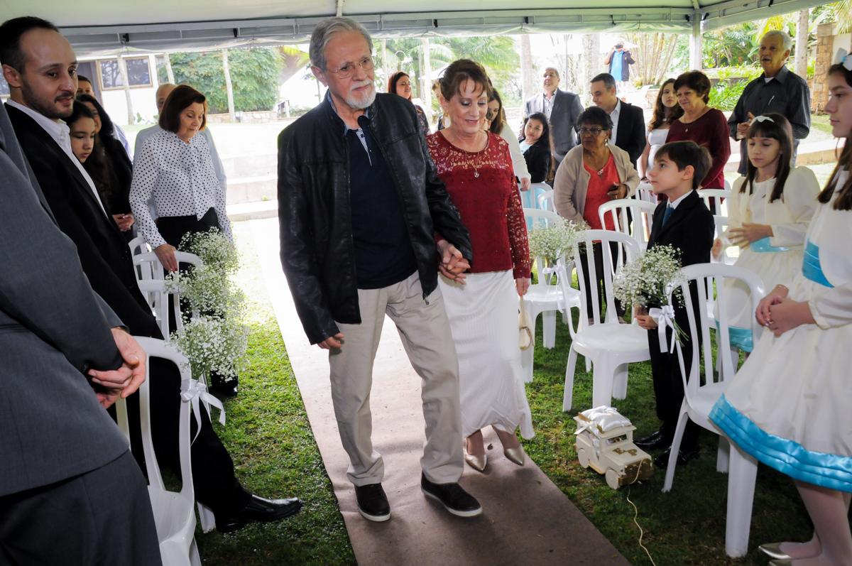 entrada-dos-noivos-no-sítio-granja-viana-festa-adulto-bodas-de-ouro-placidia-e-eider