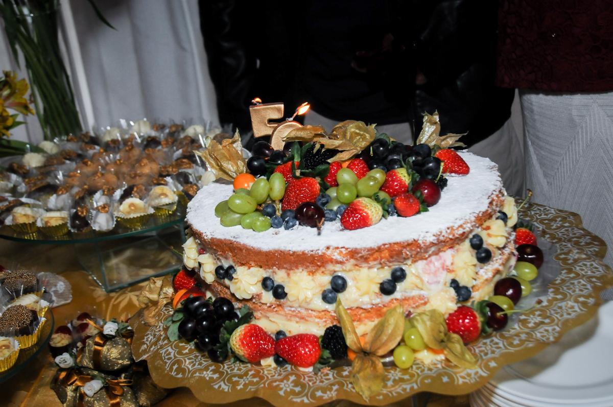 bolo-decorado-no-sítio-granja-viana-festa-adulto-bodas-de-ouro-placidia-e-eider