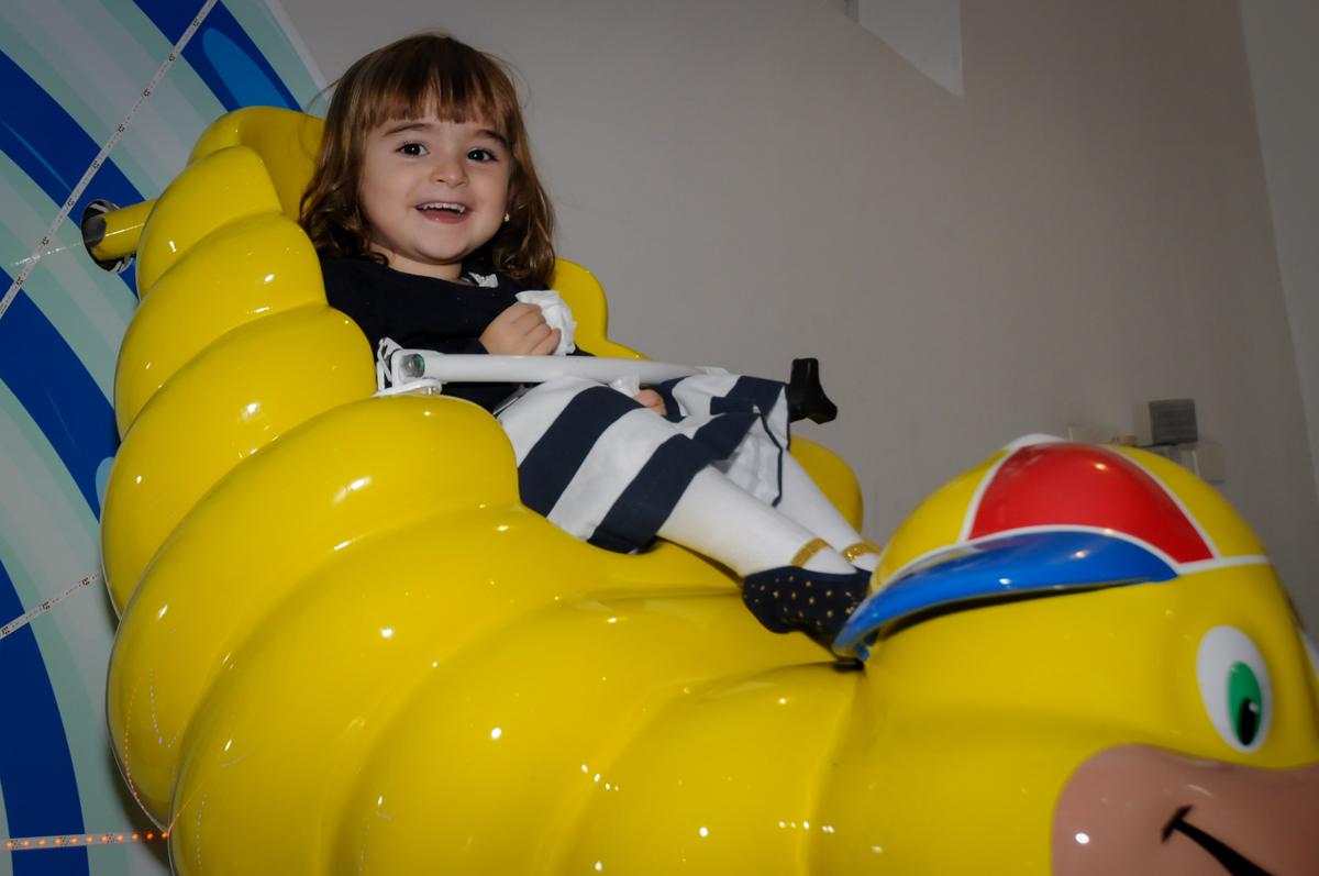 brincando-no-gira-gira-no-buffet-comics-morumbi-sp-festa-infantil-fotografia-de-marina-5-anos-tema-da-festa-carrossel