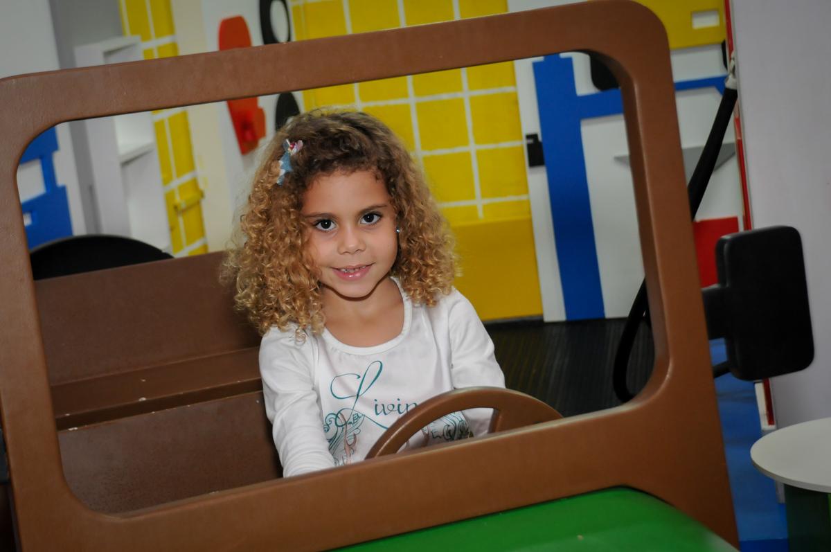 brincando-no-carrinho-no-buffet-comics-morumbi-sp-festa-infantil-fotografia-de-marina-5-anos-tema-da-festa-carrossel