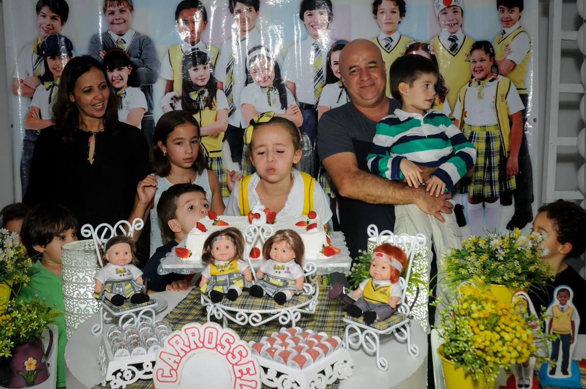 assoprando-a-vela-do-bolo-no-buffet-comics-morumbi-sp-festa-infantil-fotografia-de-marina-5-anos-tema-da-festa-carrossel