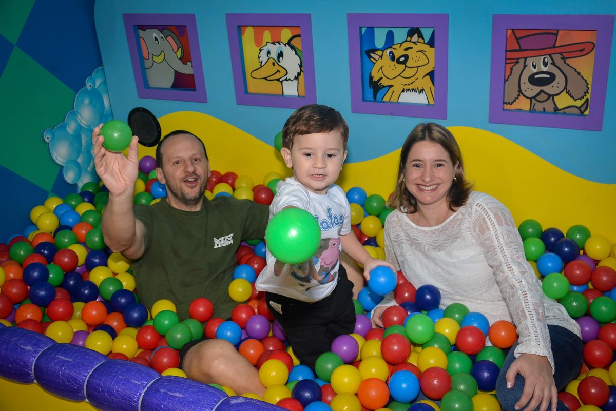 família-brinca-na-piscina-de-bolinha-no-buffet-magic-joy-moema-são-paulo-sp-festa-infantil-fotograia-infantil-festa-de-rafael-3-anos
