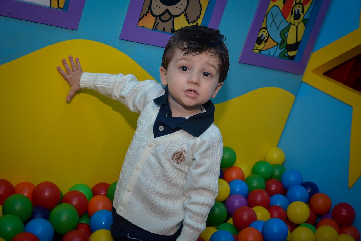 amigo-curte-a-piscina-de-bolinha-no-buffet-magic-joy-moema-são-paulo-sp-festa-infantil-fotograia-infantil-festa-de-rafael-3-anos